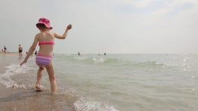 Het meisje op het strand stock videobeelden