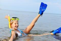 Het meisje op zeekust stock foto's