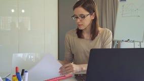 Het meisje opent dagboek bij de lijst royalty-vrije stock fotografie