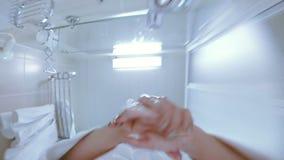 Het meisje opent de kraan en wast haar handen met zeep stock video