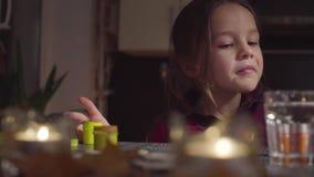 Het meisje opent de kruiken van verf en begint de knuppel te schilderen stock videobeelden