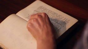 Het meisje opent een Oud Woordenboek stock video