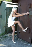 Het meisje opent oude garage Royalty-vrije Stock Foto's