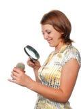 Het meisje overweegt een cactus door meer magnifier royalty-vrije stock afbeeldingen