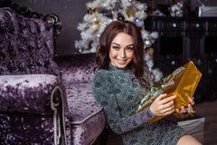 Het meisje pakt giften uit Royalty-vrije Stock Foto's
