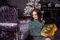 Het meisje pakt giften uit Royalty-vrije Stock Fotografie