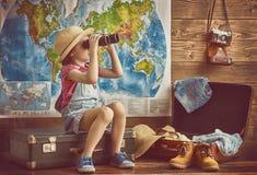 Het meisje pakt zakken in royalty-vrije stock foto's