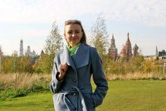 Het meisje in het Park royalty-vrije stock afbeelding