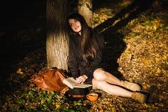 Het meisje in park las het boek Stock Foto's
