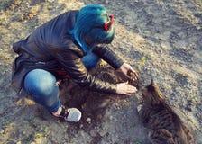 Het meisje plant een jonge boom stock foto's