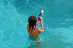 Het meisje in pool speelt met een stuk speelgoed van kinderen Royalty-vrije Stock Afbeeldingen