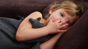 Het meisje port haar vinger in haar neus Peinzend kind stock video