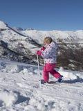 Het meisje probeert te skien Royalty-vrije Stock Fotografie