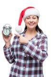 Het meisje in pyjama's in santahoed toont tijdmiddernacht Royalty-vrije Stock Foto's