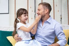 Het meisje raakt de baard van haar vader Gelukkige Vader` s dag stock afbeeldingen