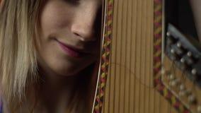 Het meisje raakt de neus van bandura en de glimlachen, concentreren opnieuw stock footage