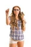 Het meisje raakt de spijker met een hamer Royalty-vrije Stock Afbeelding