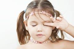 Het meisje raakt haar hand het oog Stock Fotografie