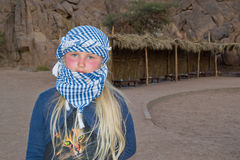 Het meisje reist de woestijn Royalty-vrije Stock Fotografie