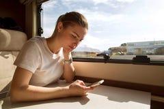 Het meisje reist in een auto, in een aanhangwagen in IJsland royalty-vrije stock afbeeldingen