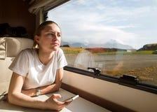 Het meisje reist in een auto, in een aanhangwagen in IJsland royalty-vrije stock foto