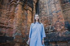 Het meisje reist Nha Trang, de Cham-toren Kleren van monniken Stock Afbeelding