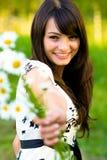 Het meisje rekt zich camomiles uit Stock Foto's