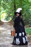 Het meisje in retro kledings 18de eeuw met valise in park Royalty-vrije Stock Foto's