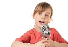 Het meisje in rode T-shirt zingt in oude stijlmicrofoon Royalty-vrije Stock Afbeelding