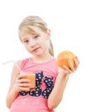 Het meisje in roze houdt een smoothie van grapefruit en grapefruit Royalty-vrije Stock Afbeeldingen