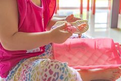 Het meisje in roze speelt roze plastic speelgoed stock fotografie