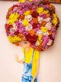 Het meisje schilderde met bloemhaar stock foto's