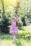 Het meisje schildert een ballerina af stock afbeelding