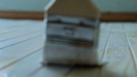 Het meisje schildert een houten vloer met witte verf in langzame motie, close-up stock video