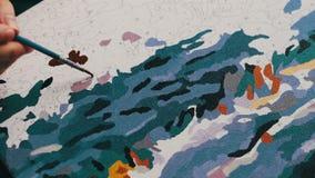Het meisje schildert een mooi beeld met Bruine acrylverven op canvas Kleuring-antistress voor volwassenen tijd-tijdspanne stock video