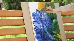 Het Meisje schildert een Mooie Bloem met Olieverven op Canvas Kleuring-antistress voor volwassenen tijd-tijdspanne stock videobeelden