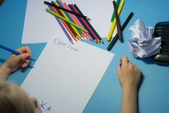 Het meisje schrijft een brief aan Kerstman royalty-vrije stock afbeelding