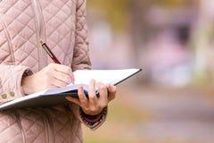 Het meisje schrijft gedicht Bedrijfsconceptenidee stock fotografie