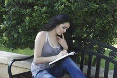 Het meisje schrijft in park Royalty-vrije Stock Fotografie