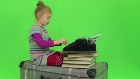 Het meisje schrijft voor retro schrijfmachine stock footage