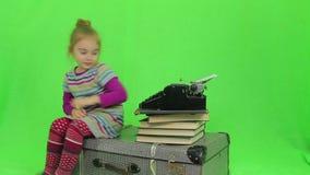 Het meisje schrijft voor retro schrijfmachine stock video