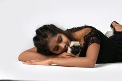 Het meisje slaapt op de vloer met puppy royalty-vrije stock foto