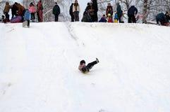 Het meisje slaat een sneeuwheuvel af stock fotografie