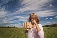Het meisje slaat vuist Royalty-vrije Stock Fotografie