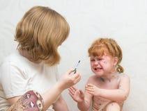 Het meisje smeert de behandeling voor waterpokken royalty-vrije stock foto's