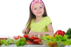 het meisje sneed verse groenten. Royalty-vrije Stock Afbeelding