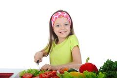 Het meisje sneed verse tomaten. Royalty-vrije Stock Afbeeldingen