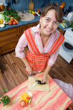 Het meisje snijdt aubergine stock foto's
