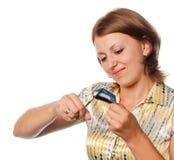 Het meisje snijdt een creditcard, weigering van het crediteren royalty-vrije stock afbeelding