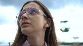 Het meisje sociopath kijkt angstig rond straat, paranoia, bijwerkingen van pillen stock videobeelden